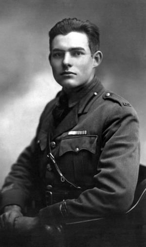 Ernest Hemingway var ambulansförare för amerikanska Röda Korset  i Milano 1918.  Foto:  Ermeni Studios,