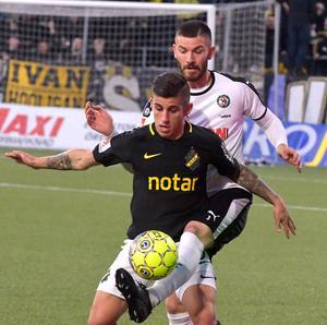 Svår att komma förbi. Brendan Hines-Ike är som en igel på AIK:s argentinare Nicolas Stefanelli. Bild: Conny Sillén