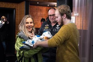 Roboten David väcker uppståndelse när han presenteras av forskaren Fredrik Löfgren på kulturhuset Glada Hudik.