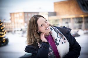 Bakom Anna Ulin skymtar hennes arbetsplats den närmsta tiden: Storsjöteatern.