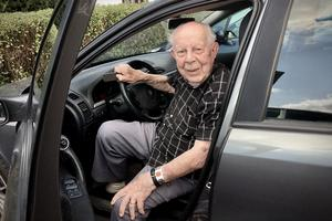 """""""Jag har läkarintyg på att jag får köra bil"""", säger Sven-Eric Svensson, som både hör och ser perfekt."""