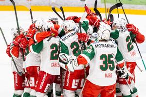 Mora jublar över vinsten efter kvartsfinal ett i slutspelet i Hockeyallsvenskan mellan Björklöven och Mora den 22 mars 2021 i Umeå. Foto: Johan Löf / BILDBYRÅN