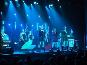 Marie, Sara, Ingela och dansarna framför