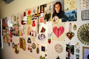 På en av väggarna i ett av gästrummen hänger diverse saker.