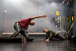 Viktor Fröjd och Anton Borgström är ensamma på scenen i Söderhamn, men när föreställningen är klar kommer fler att ansluta.
