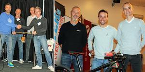CK Naténs Ulf Rutkvist, till höger, lämnar över stafettpinnen – ett guldförgyllt cykelstyre – till nästa års värd; Sälen, och Mats Johansson. På den högra bilder flankeras Säters elitcyklist Emil Lindgren av Kjell Bergqvist, näringslivsenheten, och Mikael Spjuth, CK Natén.