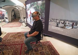 """Tomas Nilsson, utställningschef på Tom Tits experiment, tar sig runt i flyktinglägret i Za'atari. """"Alltså, avloppen, hur sjutton funkar det, vart tar vattnet vägen?"""" är bara en av de många frågor som dyker upp i hans huvud efteråt."""