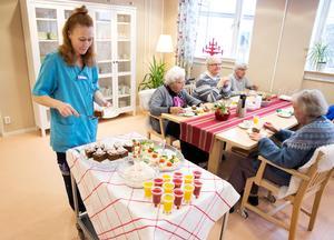 Tre alternativ på 11-fikat, Helena Remholt serverar smoothies, smörgås och chokladkaka.