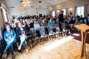 Redan vid halv sex, en halvtimme innan mötet skulle börja, började salen fyllas.