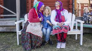 Gun Alvarsson och Gunlis Gäfvert Andersson ställde upp som påskkärringar för elfte året i rad. Besökaren Elin Karlsson hade fått äta glass och skulle vara med i äggjakten.