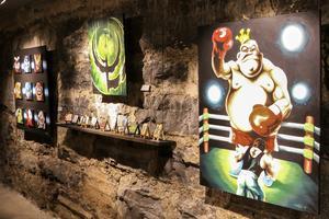 Daniel Hansson är den konstnär som har levererat flest konstverk till utställningen. De flesta av dem med referenser till datorspel.