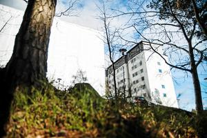 Ett av Telge bostäders hus i Fornbacken, Fornhöjden, som har renoverats i det stora projekt som pågår där miljonprogramsområdets hyresrätter ska fräschas upp.