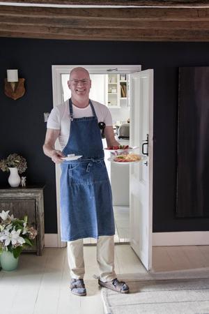 B&b-värden Brendan McDonagh serverar frukost på Swan House i Hastings.