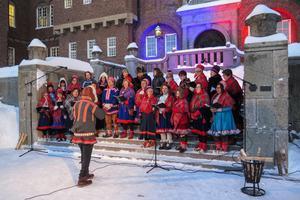 Kören  Sámi Jienat övade inför öppningsceremonin vid Rådhuset.