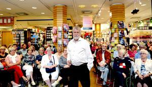 Björn Hellberg är uppskattad på många vis. I går kom 110 personer och lyssnade när han berättade om sin senaste deckare Skarprättaren, och en hel del dråpliga historier från sitt tennis- och tv-liv.