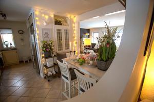 Rund öppning i väggen mellan hall och kök.