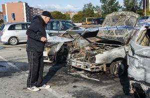 Benny Peterzon kollar in de eldhärjade bilarna.