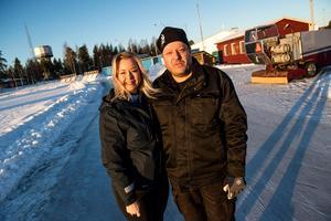 Anneli Engvik, anläggningsansvarig på Kultur- och fritidsavdelningen och Urban Hallberg, vaktmästare på Skyttis är glada att säsongen är igång till jullovet.