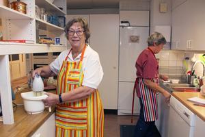 Ingalill Zetterström tycker att dagverksamheten känns lite som att gå till jobbet. Ofta är hon med och förbereder lunchen.