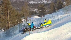 Viktor Andersson fördes bort med hjälp av skoter. Bild: Skärmdump/SVT