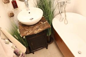 Gammalt skåp fick en marmorskiva och blev fint under tvättstället.
