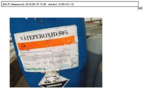 En dunk innehållandes väteperoxid ska ha hittats i mannens ägo. Det beskrivs av Myndigheten för samhällsskydd och beredskap som