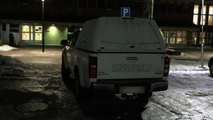 Henrik Säljgård, ville inte ha kommunal parkeringsövervakning, själv felparkerade han sin bil under mötet där han reserverade sig mot beslutet.