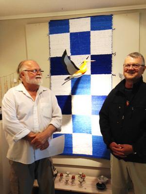 Avbildar fåglar. Konstnärerna Dag Andersson och Stefan Gustavsson ställer ut sina fågelporträtt på i butik Konstantins galleri under sommaren. Det är målningar och träsniderier.Foto: Barbro Nyblom