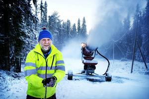 Stadionchef Roger Hedlund kan glatt konstatera att vädret nu äntligen tillåter att spruta snö i Östersundsterrängen.