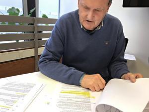 Kommunrevisor Bertil Wiklund går igenom alla fakturor och avtal  som kommunen har godkänt.