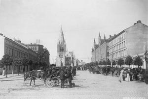 Vi slänger med ännu en bild från förr. År 1903 såg det ut så här på Stortorget i Örebro. Bilfritt som synes. Foto: Axel Barr/Örebro stadsarkiv