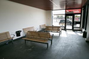 Väntsalen öppnades i juni, som en guldkant åt resenärerna, nu är den redan hotad.