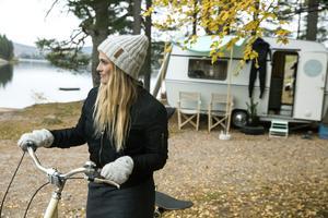 Maria tar bara skateboarden på pakethållaren på sin Stålhästen-cykel och drar iväg när hon behöver en rast.