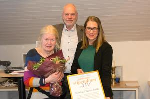 Vibeke Olsson Falk med stipendieutdelarna Björn Lyngfelt, informationschef vid SCA Forest, och Karin Näslund, ST:s chefredaktör.