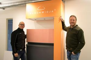 Michael Myntelius och Per Hallberg vid en av företagets innovationer, den så kallade radonmidjan.  Radonmidjan består av plåtbleck som är inskuret i källarmurens isolering. Uteluften som kommer in stoppar radongasen, som blir kvar i marken.