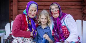 På skärtorsdagen intog påskkärringarna hembygdsgården i Västanfors. För barnen fanns det teater, äggjakt och äggmålning.