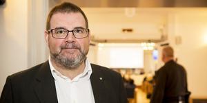 Jonny Lundin (C) ifrågasätter att den nya majoriteten inrättar en ny arvoderad tjänst åt Ingeborg Wiksten (L).