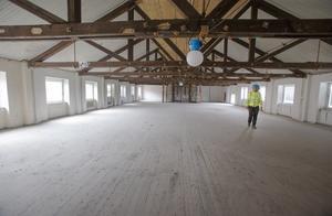 Mattons läderfabrik med garveri lade ner 1961 och två år senare köpte Ahlgrens byggnaderna. Här är vinden i Läkerolhuset.