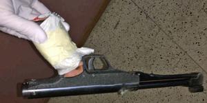 Polisen hittade snabbt den pistol som använts vid rånet, och som sedan visade sig ha DNA-spår från den nu åtalade mannen. (Bild från polisens förundersökning)