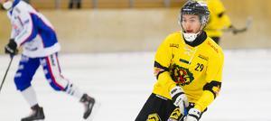 Alex Adeheimer är ÖSK:s assistkung, och underströk detta faktum med tre nya framspelningar till mål när närkingarna besegrade Tranås med 5–3. Bild: Lennart Eriksson