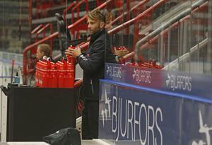 Emil Kåberg är inte glömd i Behrn arena. När Örebro Hockey håller spelarpresentation på försäsongerna är Kåbergs namn fortfarande ett av de mest hyllade. Trots att han är materialförvaltare.