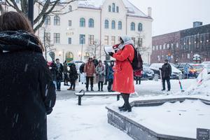 Kyle Blomqvist håller tal och tar upp kvinnors oro för våld:.