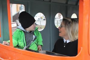 Lukas Löw, 4, och Lojsa kör leksakståget när Personstöd har fritidsklubb i Poesiparken. .
