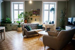 Att floristen och trädgårdsmästaren har gröna fingrar är tydligt –vardagsrummet är rymligt och luftigt med gott om gröna växter som skapar en avslappnad atmosfär.