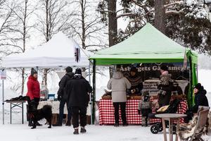 Julmarknaden i Lofsdalen lockade både bybor, tillresta från byar i närheten, och långväga turister.