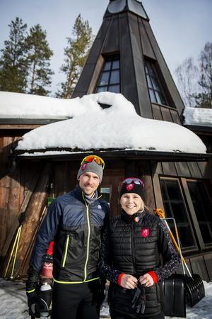 Skidåkningen har fortfarande en central plats i Johan och Anna Olssons liv. Anna är vd och har fullt fokus på det gemensamma företaget och Johan tränar svenska skidlandslaget på halvtid och lägger resterande tid på företaget.