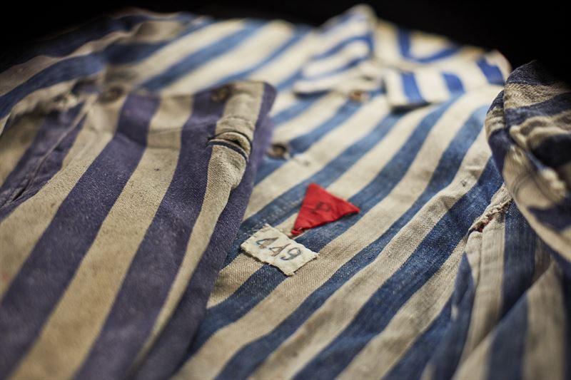 Fångdräkten från museet i Auschwitz-Birkenau tillhörde en gång Jan Gondek som var politisk fånge. Pressbild. Foto: Erik Lernestål