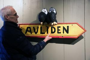 Händelserna i Hälge-serierna utspelar sig i storskogen  kring byn Avliden mitt i ingenstans. Den här skylten är det första besökarna kommer att möta i Hälgegården, berättar Leif Nordlöf.
