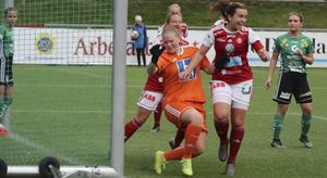 Wilma Englund trycker in 2–0 för Sandvikens IF mot Enköping och jublar. Men efteråt var hon inte lika glad, eftersom SIF missade seriesegern och kvalchansen.