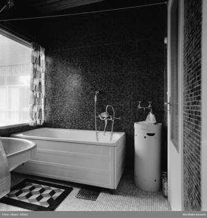 På 1950-talet höjdes levnadsstandarden för många genom att de fick ett badrum. Normen var att det skulle vara 2,5 kvadratmeter stort.Foto: Nordiska museet
